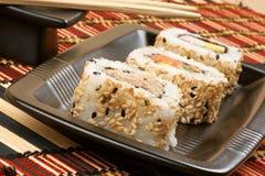 Sushi su un cassetto nero immagini stock libere da diritti