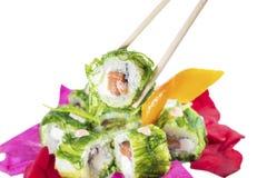 Sushi sui bastoni, isolati su profondità di campo bianca e bassa Fotografia Stock Libera da Diritti