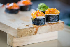4 sushi sul blocco di legno Immagine Stock