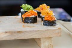 4 sushi sul blocco di legno Immagini Stock