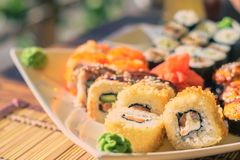 Sushi sul piatto del quadrato bianco immagine stock libera da diritti