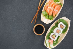Sushi sul piatto a forma di della barca con i bastoncini Fotografie Stock