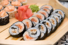 Sushi sulla zolla di legno Fotografia Stock Libera da Diritti