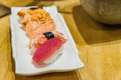 Sushi superior Hamachi ajustado, salmão, Toro na placa de pedra branca Fotografia de Stock Royalty Free