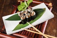 Sushi sur la table en bois Photographie stock libre de droits