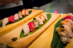 Sushi sur le bloc en bois Images libres de droits