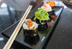 4 sushi sur le plat de bateau Photo stock