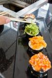 4 sushi sur le plat de bateau Image stock