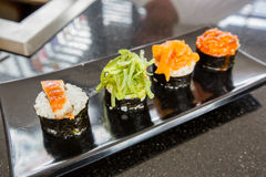 4 sushi sur le plat de bateau Images libres de droits