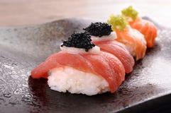 Sushi : Sushi de thon et de saumons réglés avec le caviar Images stock