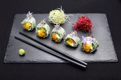 Sushi sushirullar med laxen, rucola, philadelphia ost royaltyfria bilder