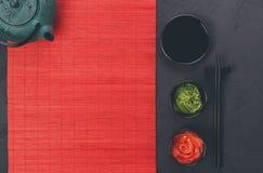 Sushi tablewear hoogste mening bij donkere achtergrond stock fotografie