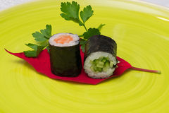 Sushi-Teller lizenzfreie stockfotos