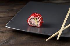 Sushi Tobicobroodje op grijze plaat wordt gediend die Royalty-vrije Stock Foto