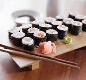 Sushi - tonfisk- och laxmakirulle. Arkivfoton