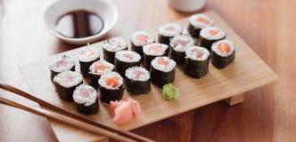 Sushi - tonfisk- och laxmakirulle. Royaltyfria Bilder