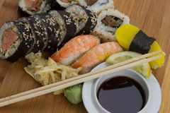 Sushi tradicional e rolos japoneses ajustados Imagem de Stock