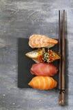 Sushi tradicional japonés de la comida con los salmones, atún Foto de archivo libre de regalías