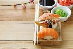 Sushi tradicional japonés de la comida con los salmones, atún Imágenes de archivo libres de regalías