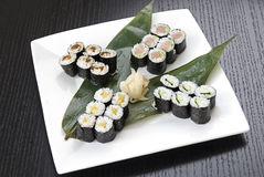 SUSHI-TRADITIONELLE JAPANISCHE NAHRUNG Lizenzfreie Stockfotos