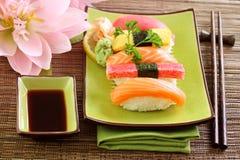 Sushi traditionnels de nourriture du Japon images libres de droits
