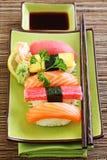 Sushi traditionnels de nourriture du Japon Photographie stock libre de droits