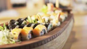 Sushi-Umhüllung auf einer Tabelle stock video