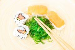 Sushi, un aliment japonais typique image libre de droits