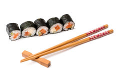 Sushi und Ess-Stäbchen auf einem weißen Hintergrund Stockbild