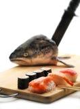 Sushi- und Lachskopf Lizenzfreie Stockfotos