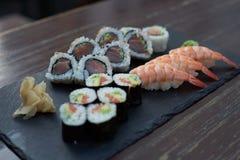 Sushi und Maki auf einem Steinplatz Lizenzfreies Stockfoto