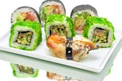 Sushi und Rollen auf einem weißen Hintergrund Stockfotografie
