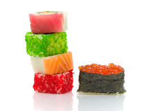 Sushi und Rollen auf einem weißen Hintergrund mit Reflexion Lizenzfreie Stockfotos