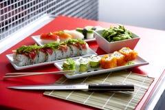 Sushi und Rollen auf Platte Lizenzfreies Stockbild