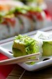 Sushi und Rollen auf Platte Lizenzfreie Stockfotografie