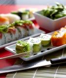 Sushi und Rollen auf Platte Lizenzfreie Stockfotos