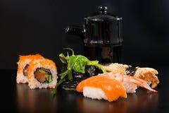 Sushi und Rolls Lizenzfreies Stockfoto
