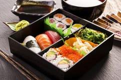 Sushi und Rolls in Bento Box Lizenzfreie Stockbilder