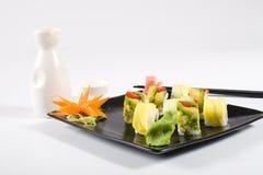 Sushi und saki lizenzfreie stockbilder