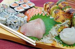 Sushi-und Sashimi-Servierplatte Lizenzfreies Stockbild
