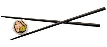 Sushi und schwarze Ess-Stäbchen getrennt auf Weiß Stockbilder