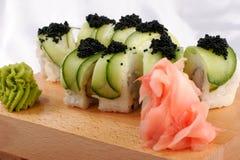 Sushi und schwarzer Kaviar lizenzfreie stockbilder