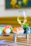 Sushi und Wein Stockfotos