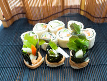 Sushi une salade Photographie stock