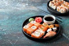 Sushi vastgestelde die nigiri en broodjes in ronde plaat wordt gediend Stock Fotografie