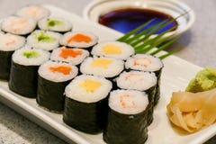 Sushi, wasabi et sauce de soja japonais Photographie stock
