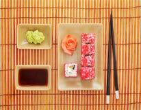 Sushi, wasabi, sojasaus en eetstokjes voor sushi stock afbeeldingen
