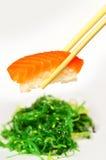 Sushi y alga marina de color salmón Foto de archivo