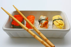 Sushi y palillos Fotos de archivo