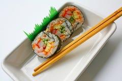 Sushi y palillos Fotos de archivo libres de regalías